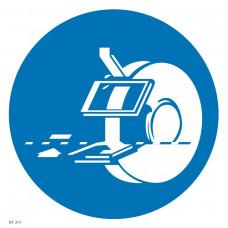 M 39  Соблюдайте меры безопасности при работе с электрическим наждаком